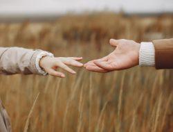 Belajar tentang Ketidak-egoisan Cinta Lewat UNFORGETTABLE Karya Winna Efendi