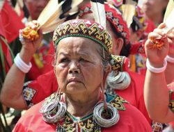 4 Cara Aneh Merias Wanita Suku Di Dunia, Nomor 2 Bikin Kaget